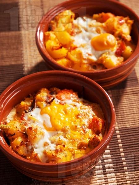 Картофени гювечета с червена чушка, сирене, яйце и лук - снимка на рецептата